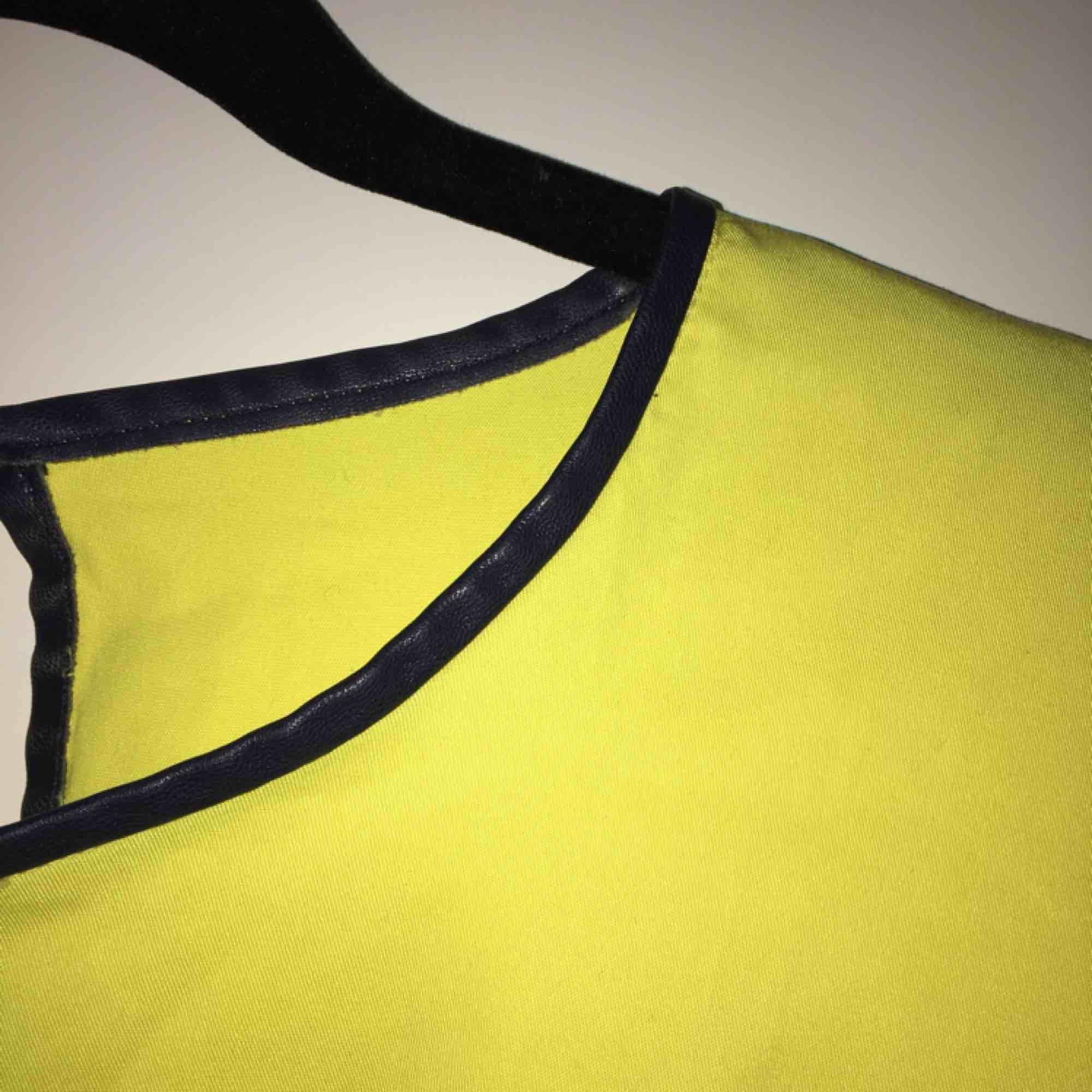 Svin ball tröja från Zara i en neon gul färg med en läder kant upptill som snygg detalj⚡️ Är stl L sitter snyggt oversized på mig som är XS/S, men funkar för M/L också givetvis!!💛Snygg att styla med bälte/skärp/kedja i midjan🌻. Toppar.