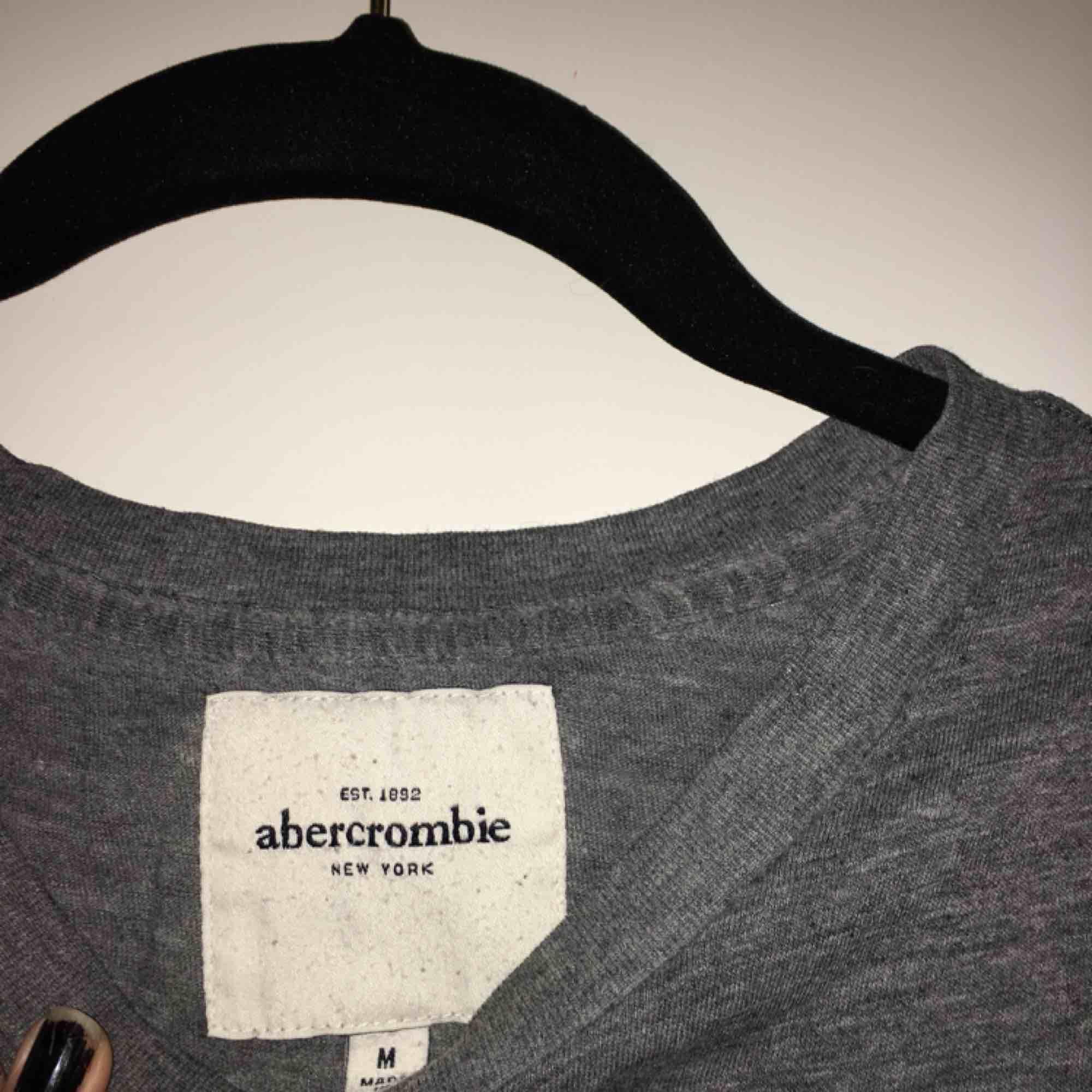 Jättefin t-shirt från A&F köpt i USA⚡️Perfekta gråa basic tishan! Stl. M men sitter som en XS/S 💛 Frakt tillkommer💌. T-shirts.