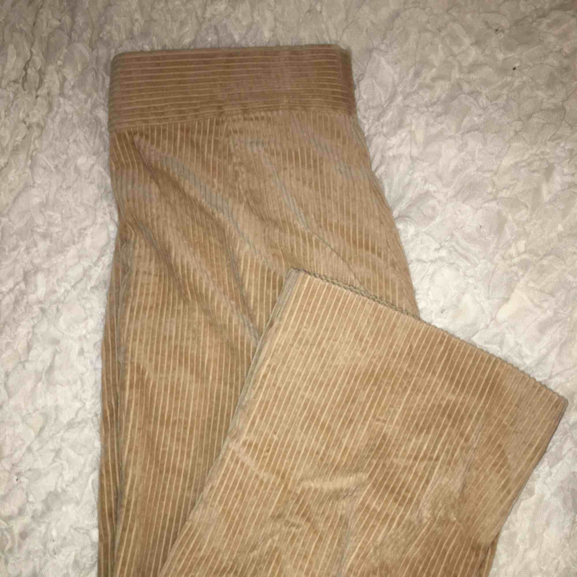Svin snygga manchester byxor från Zara⭐️ Snygg beige färg, passar till allt!💛 Sitter snyggt på, frakt tillkommer💌. Jeans & Byxor.