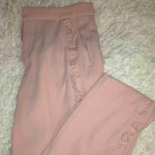 Sååå fina byxor från Zara i den finaste rosa färgen💕💕💕 Fått så mycket komplimanger för dessa!😍 Har volanger längs båda benen. Pga att dragkedjegrejjen lossnat säljs de så billigt. Lätt att laga ⭐️