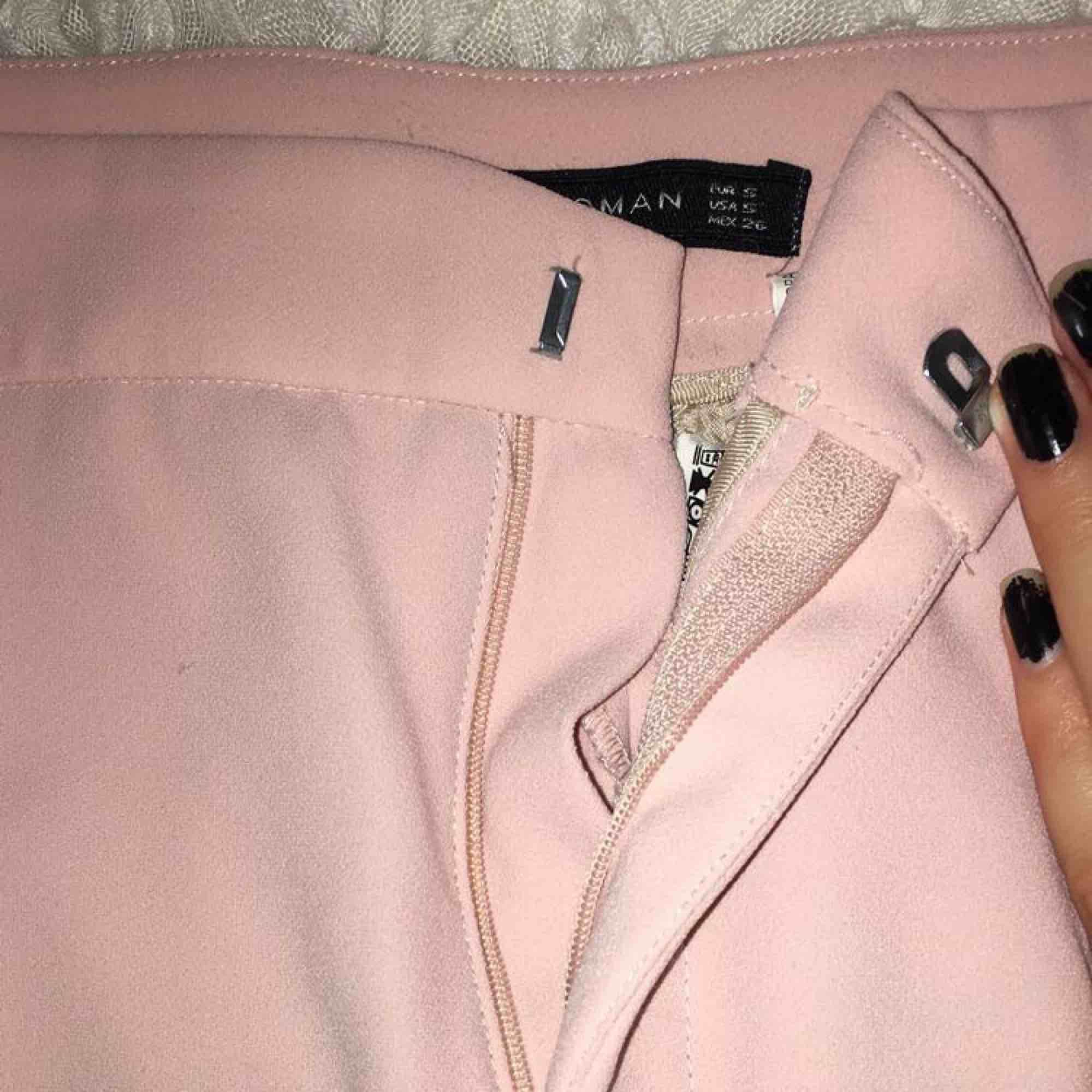 Sååå fina byxor från Zara i den finaste rosa färgen💕💕💕 Fått så mycket komplimanger för dessa!😍 Har volanger längs båda benen. Pga att dragkedjegrejjen lossnat säljs de så billigt. Lätt att laga ⭐️. Jeans & Byxor.