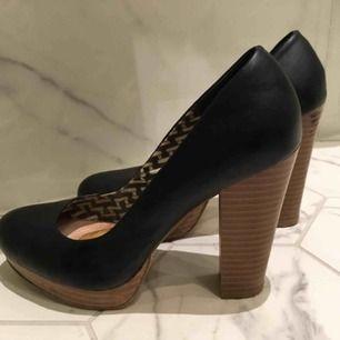 Snygga pumps strl 39.  Platå och bred klack gör skon otroligt bekväm att gå i. Använda men i fint skick!