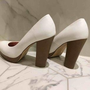 Knappt använda vita pumps strl 39.  Platå och bred klack ger bekväm sko trots höga höjd.