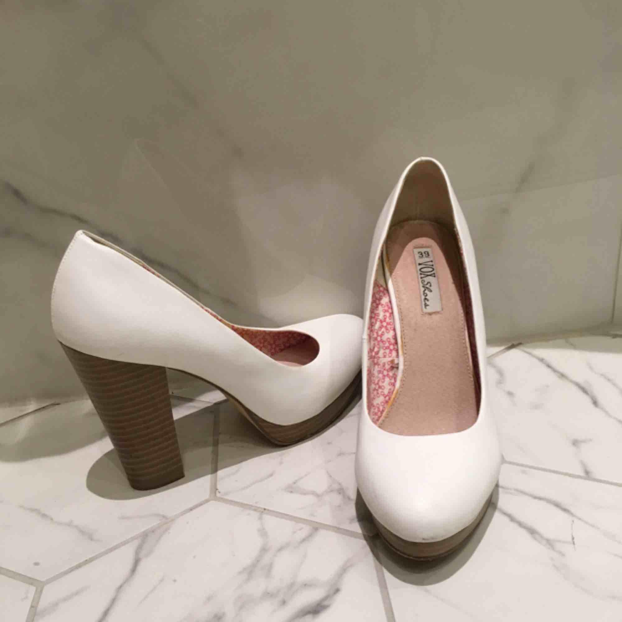 Knappt använda vita pumps strl 39.  Platå och bred klack ger bekväm sko trots höga höjd. . Skor.