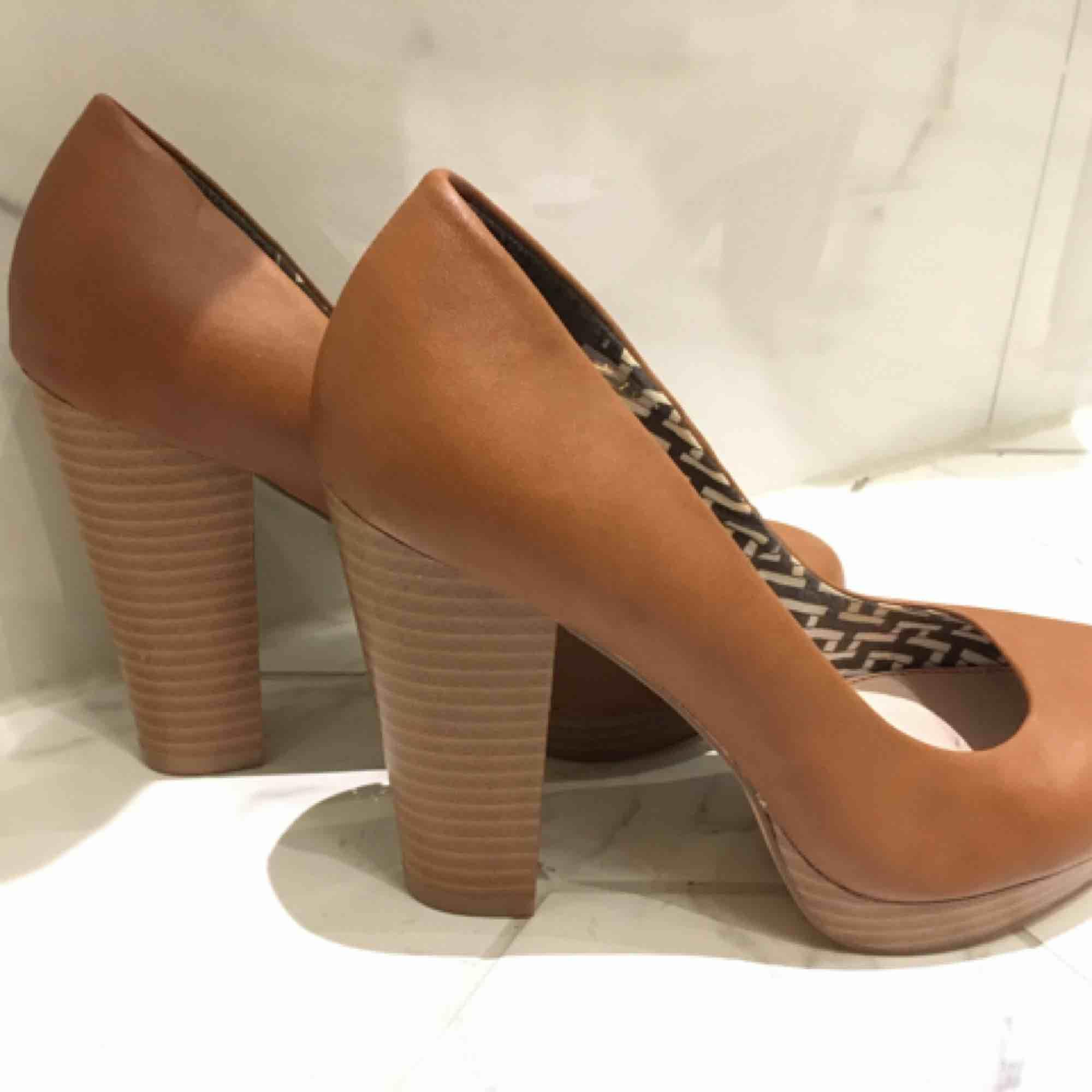 Oanvända pumps brun/beige strl 39. Bred klack och platå ger stabil och skön sko men med hög klack. . Skor.