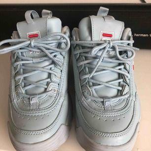 Snygga ljusblå sneakers från FILA. Köpta på Madlady i våras för 1200:- Knappt använda då de är för små. Står strl 38 men är väldigt små i storleken så jag tror inte de passar en 38. Jag rekommenderar 37 eller 36. Slutsålda. Jag står för frakt!