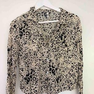 Prickig/leopard mönstrad blus från zara