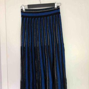 Svart/vit/blå glittrig kjol köpt på chiquells pop up store i gallerian, knappt använd