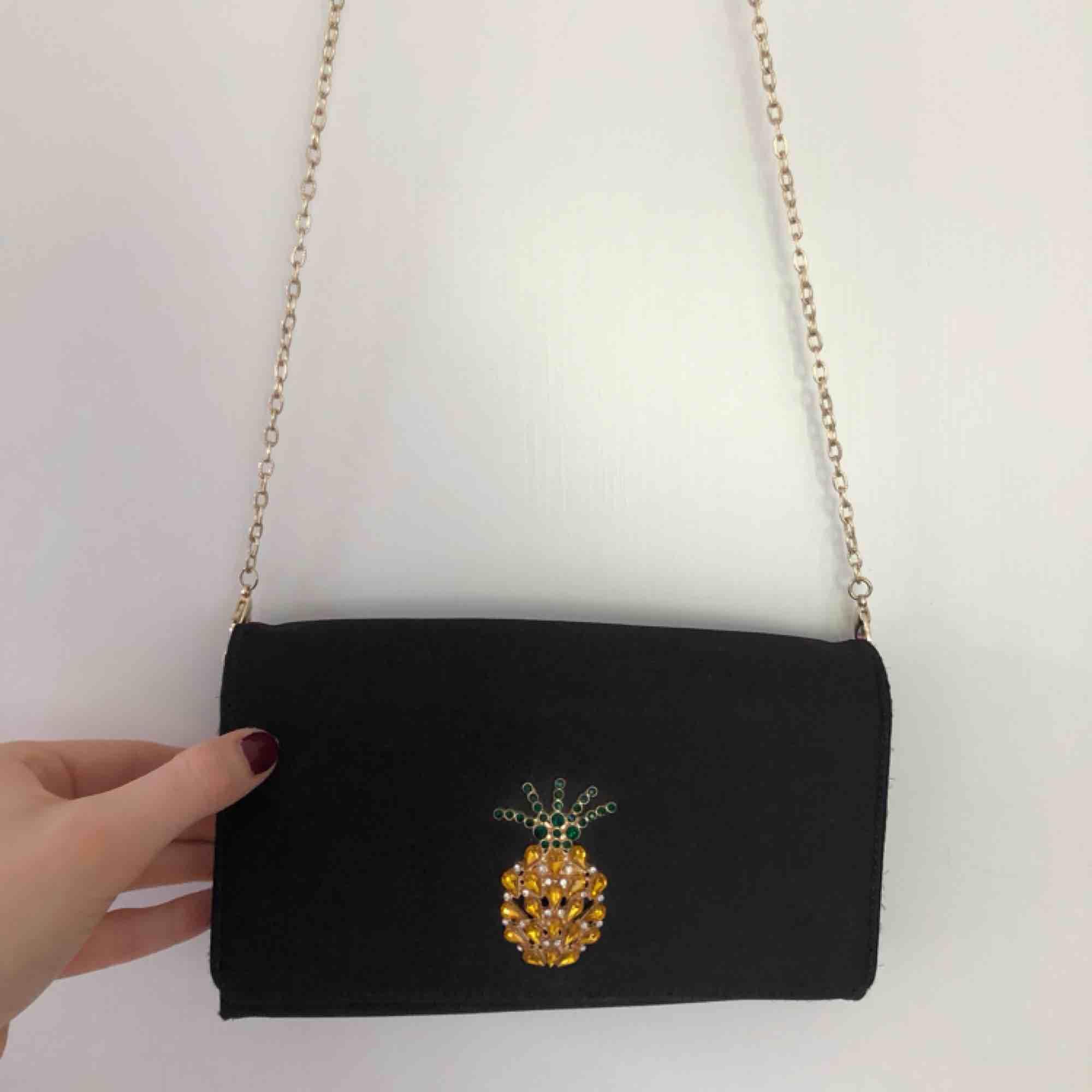 Jätte fin svart liten party väska med ananas detalj och plats i för massa kort osv🍍. Väskor.