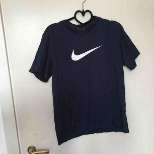 Mörkblå Nike T-shirt, säljer då jag veöver pengar