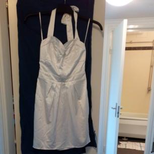 Halterneck Klänning i satin med dragkedja vid ryggen från bikbok. Frakt tillkommer