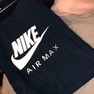 Marine blåa Nike t shirt strl S oanvänd