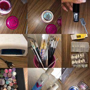 Massa nagelsaker från nagelgiganten och annat Gel: Primer gel, 2 builder gel och ett finish gel Olika färg geler, glitter och camoflouge gel, light milk gel och vitt gel som är bra om man vill göra french fade. En uv lampa  Nt mkt använt