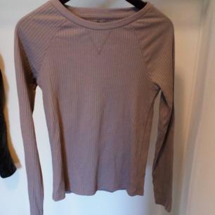 Ribbad tröja I lavendel-Lila. Använd 1 gång. Frakt tillkommer