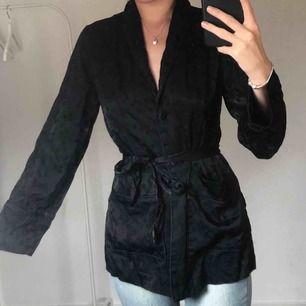 silkeskimono!! använd en gång!! frakt på 40 kr ungefär tillkommer!!