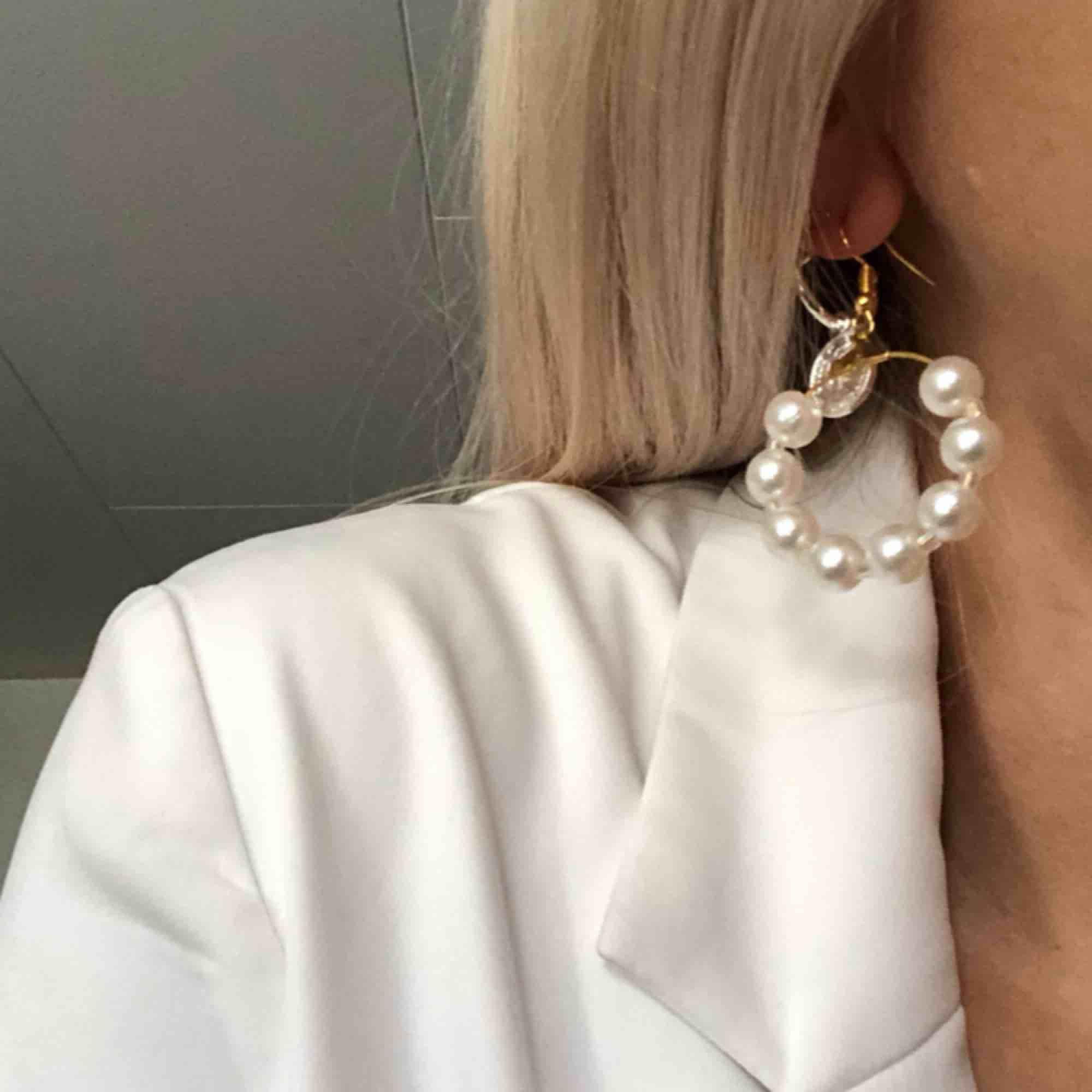 Helt nya örhängen, passar till allt! 💕 Plastpärlor. 5 kr frakt. Accessoarer.