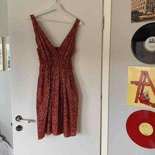 Fin blommig klänning från POP men köpt på Emaus i Stockholm! Använd 1 gång
