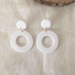 Vita handgjorda örhängen, går även att få i silver. Frakt 9 kr🌻