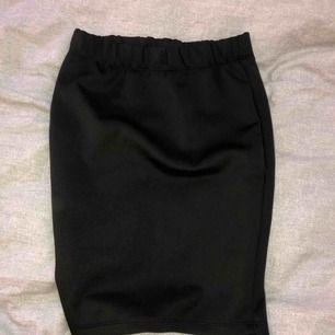 Kort svart kjol, aldrig använd och jätteskönt material
