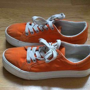 Skitfina orangea platå-skor. Köpte p nån skoaffär för 180kr, e dock för små för mig så ja säljer!! Skriv om du har frågor💗💗