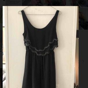 Svart kort klänning med fina detaljer