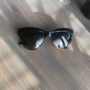 Solglasögon Rayflector Skydd: uv400 Färg: brun tortoise Använda men i gott skick. Möts i Stockholm eller skickas mot porto.
