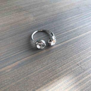 Ring med piercing-look Silverfärgad ( pläterad, ej äkta silver)
