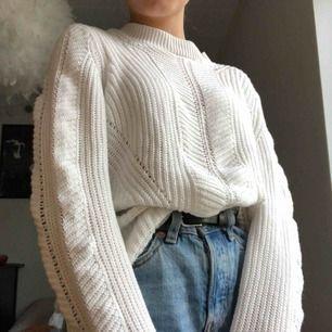 Vit stickad tröja från VILA. Jätte fin och jätte skön lite större i storleken så den passar nog S också!!💖