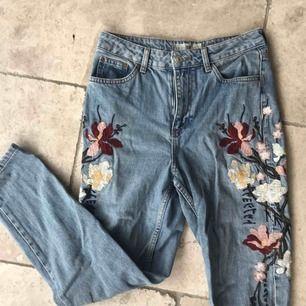 High waisted mom jeans med blommor! Från topshop. Knappt använda! Köpare står för frakt, men kan även mötas upp!🧡