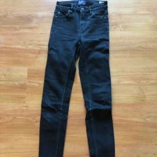 Crocker Jeans säljer för de är försmå för mig Använda fåtal gånger Ska vara slitna i färgen Frakten står ni för