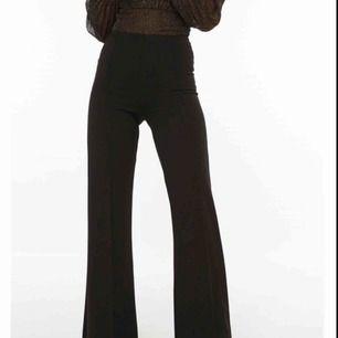 Säljer ett par snygga höga kostymbyxor. Dragkedja på sidan. Använda en gång. Köparen står för frakten