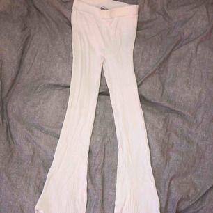 Vita byxor, stretchiga. Passar både XS och S. Använda en gång och köpta för ca 400kr. Frakten ingår i priset