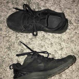 Ett par superfina Nike air svarta Köparen står för frakt
