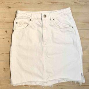 Supersnygg högmidjad klassisk vit jeanskjol från H&M. Endast testad, säljes pga för liten