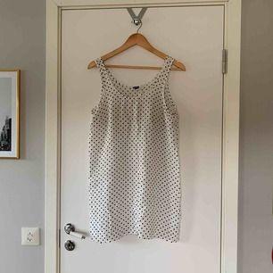Supersöt prickig klänning från hm, slutar lite under rumpan