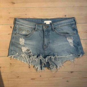Supersnygga (och sköna!!) jeanshorts från H&M. Sparsamt använda pga lite för små för mig