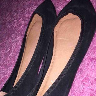 ♡ svarta ballerina från Wera ♡ mockamaterial med spets framtill och liten klack ♡ aldrig använda!