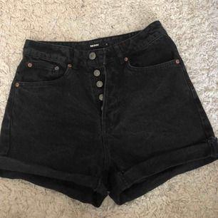 Svarta jeans från BikBok. Väldigt sköna men tyvärr för små. Använd max 5 gånger så är i bra skick