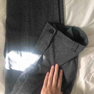Fina kostymbyxor från Monki i nyskick! Jag på bilden är 170 :)