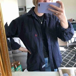 Bomullsskjorta från Levis! Två knappar som är borta men går fortfarande fint att stänga :)