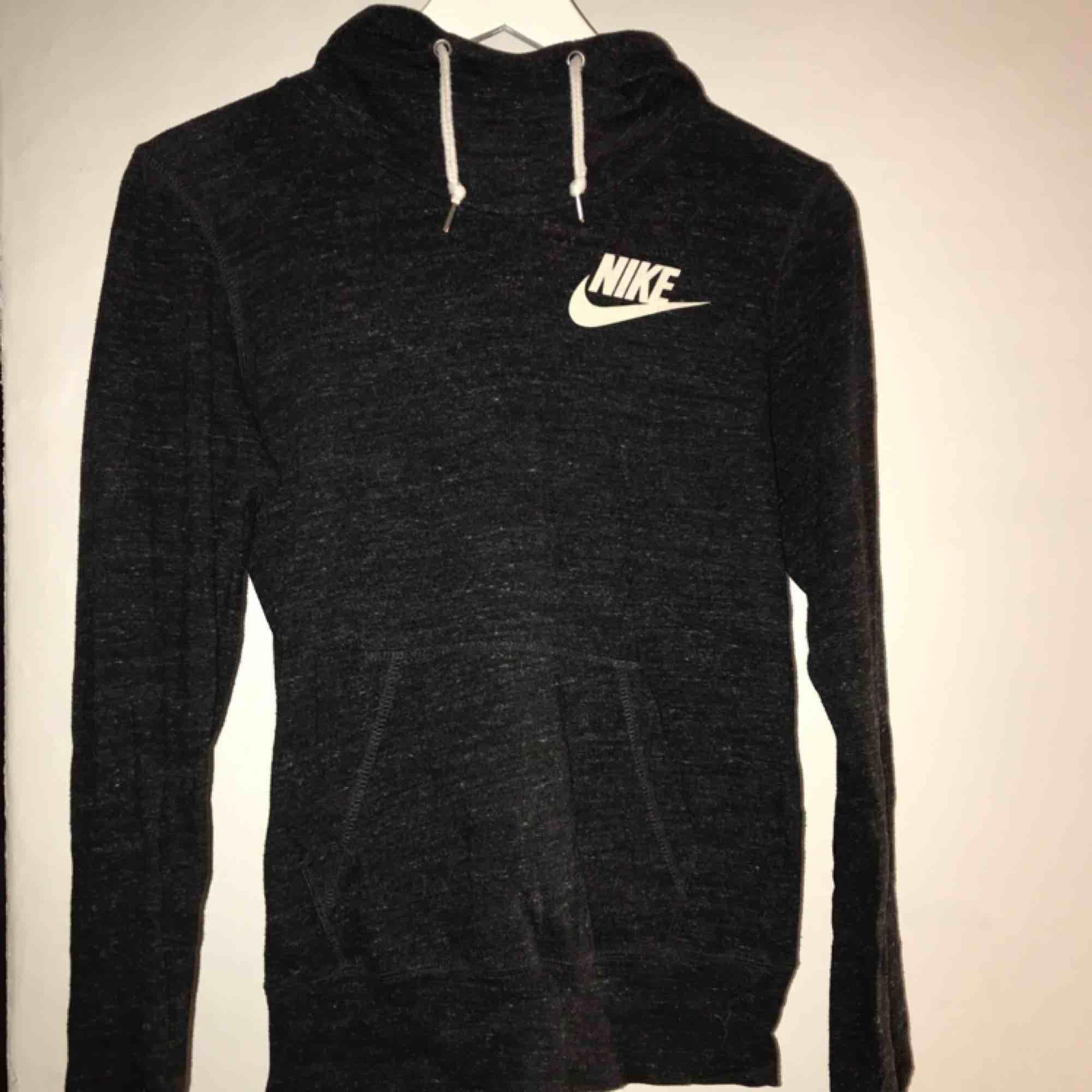 Tunnare hoodie från Nike, knappt använd . Huvtröjor & Träningströjor.