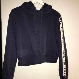 Croppad mörkblå hoodie med text på armen, inte använd så mycket.