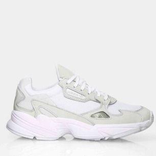 Säljer dessa efterfrågade skor från adidas!! jag har använt dom en gång!!! Supersnygga men får ej användning för dom!!