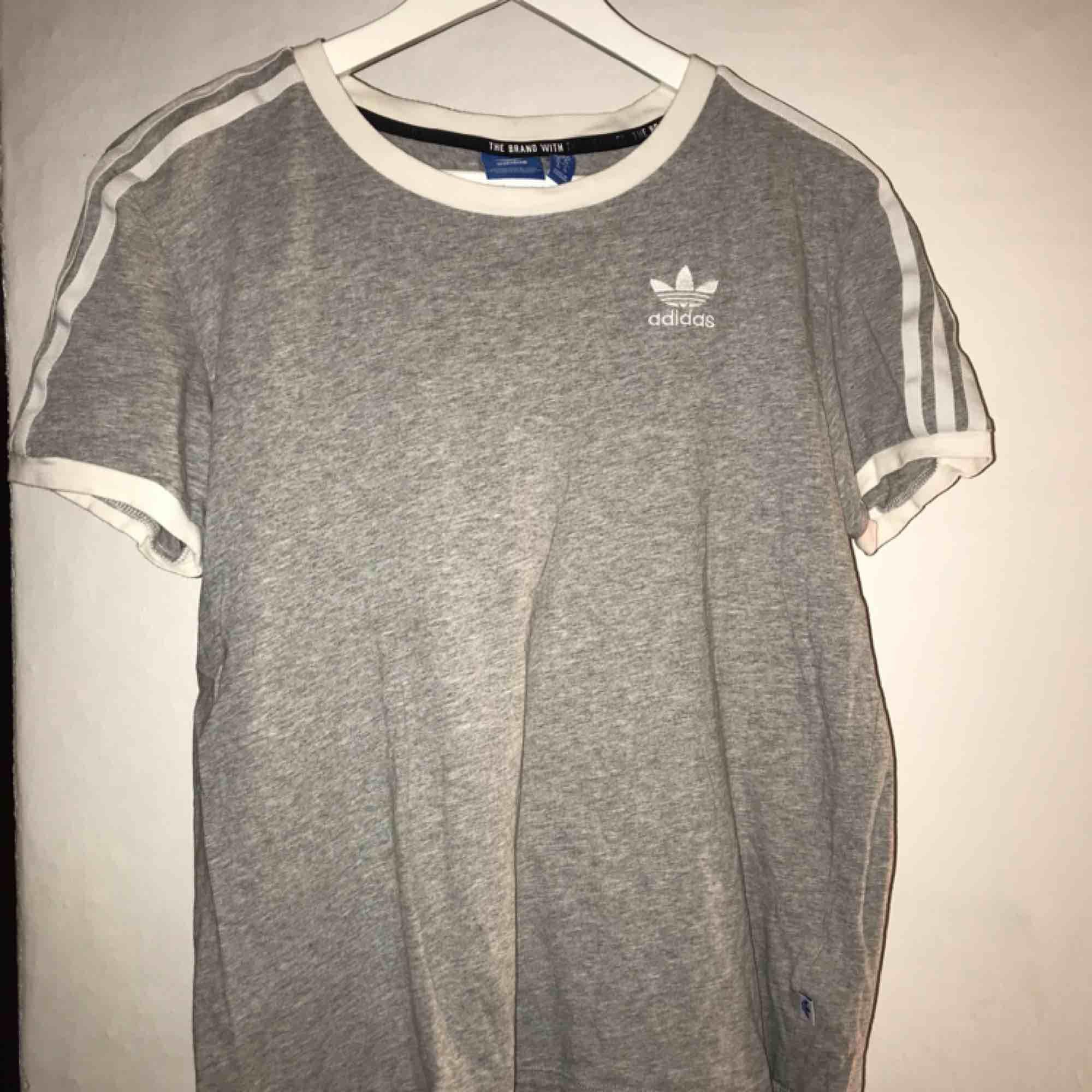 Samma t-shirt som den röda fast i grå, dock i XS. Använd några få gånger.. T-shirts.