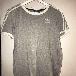 Samma t-shirt som den röda fast i grå, dock i XS. Använd några få gånger.