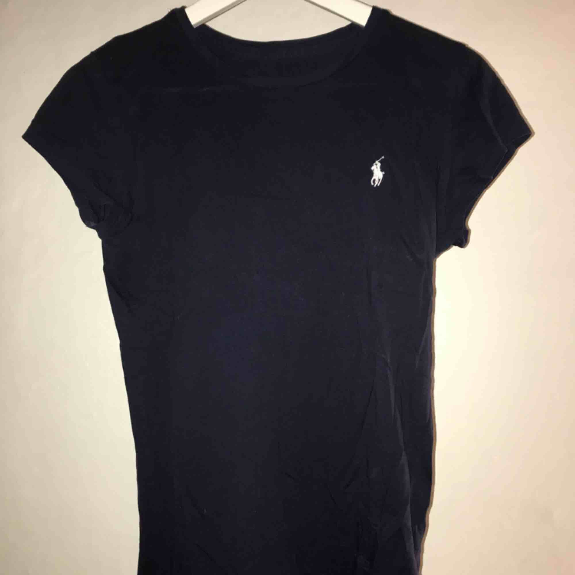 Mörkblå t-shirt från Ralph Lauren. Sparsamt använd. . T-shirts.