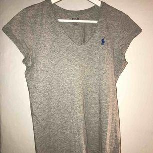 V-ringad t-shirt från Ralph Lauren. Använd några få gånger.