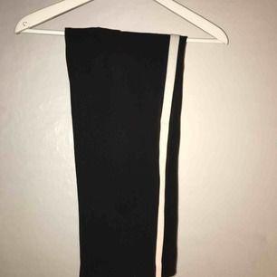Svarta kostymbyxor med vit rand på benet från Zara. Kort i modellen. Använda typ 4 gånger, sälja pga används ej