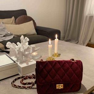 Röd sammet väska med guldkedja 📦 Frakt: 40kr