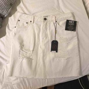 Vit jeans kjol från Nelly. Väldigt stor i storleken så aldrig använd. Skulle mer säga att det är som en 38 än 34...
